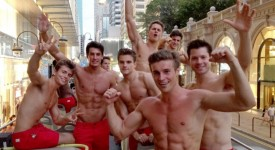 Abercrombie & Fitch出动110男模为香港旗舰店宣传!Abercrombie & Fitch Unleashed 110 Male Models On Hong Kong