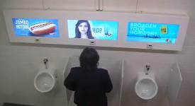LG為推廣其螢幕有多好,腦筋動到上廁所的男士們身上