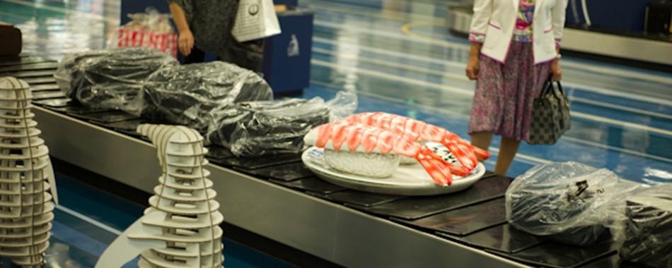 japan-airport-baggage-claim-sushi-sculptures-1