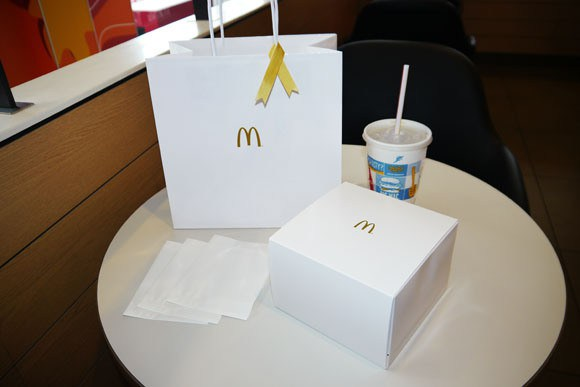 we-try-the-10-quarter-pounder-gold-ring-burger-at-mcdonald_s-japan21