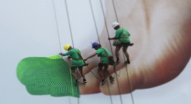 Nike童話故事行銷-當街上演格列佛穿鞋記,在眾目睽睽下替巨人編織球鞋!!