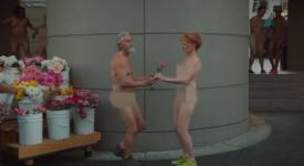 大街上走路的情侣突然跳着舞并且…脱光光!难道这是传说中的养眼行销术!?