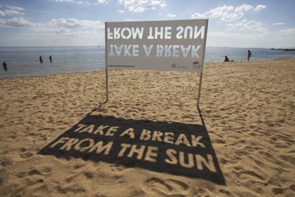 peter-mac-agency-che-melbourne-outdoor-street-marketing-guerilla-ambient-outdoor-billboard-creative-sun-soleil-plage-cancer-600x400