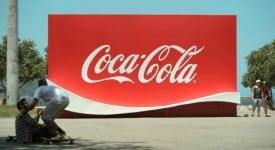 這是變形金剛嗎!可口可樂商標大變身~竟然能在上面玩滑板!