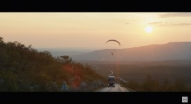 Volvo用一個瘋狂試驗告訴你,滑翔傘還可以這樣搭順風車