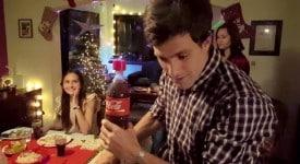 """不知该如何制造节日惊喜时,试试可口可乐的""""录音瓶""""吧!"""