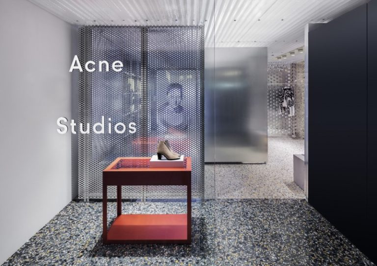 Acne Studios專賣店以冷酷的金屬質感詮釋品牌調性